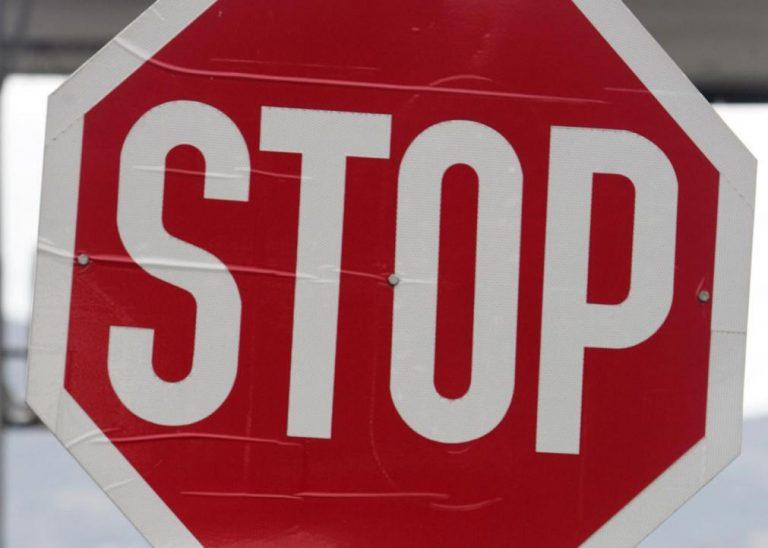 Βόλος: Παραβίασε ΣΤΟΠ και έπεσε πάνω σε μηχανάκι | Newsit.gr