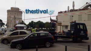 Θεσσαλονίκη: Σηκώνουν παρκαρισμένα αυτοκίνητα στο κέντρο της πόλης – Κορυφώνονται οι εορταστικές εκδηλώσεις [pics]