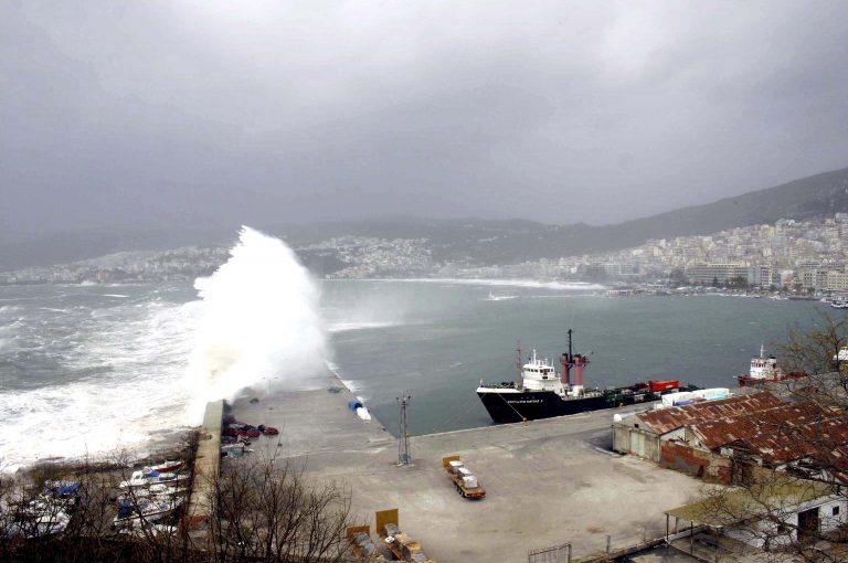Σκάφος προσέκρουσε στην προβλήτα λόγω των ισχυρών ανέμων! | Newsit.gr