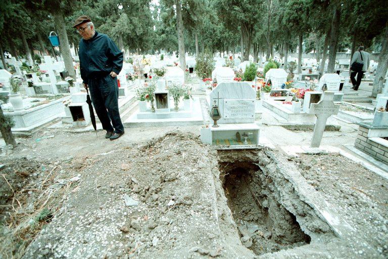 Νεμέα: Έκλεψαν μπρούτζινα φαναράκια από το νεκροταφείο! | Newsit.gr