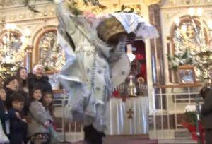 Πρώτη Ανάσταση: Ο »ιπτάμενος» ιερέας, τα στασίδια, τα σφυριά και οι κατσαρόλες [pics, vids]