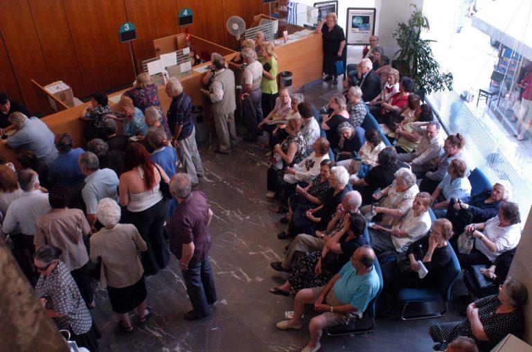 Πάτρα: Κατέρρευσε συνταξιούχος στην ουρά για τη μειωμένη του σύνταξη! | Newsit.gr