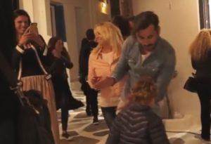 Μύκονος: Ο Γιώργος Μαυρίδης σε μεγάλα κέφια – Ο χορός του στα Ματογιάννια [vid]