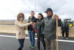 Μπλόκα αγροτών: Έγινε του Αγίου Βαλεντίνου στην Καστοριά – Η φωτογραφία που σαρώνει το facebook!