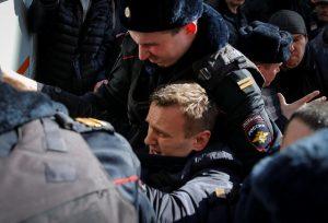 Ξύλο σε διαδήλωση κατά της διαφθοράς στη Ρωσία – Συνέλαβαν τον «εχθρό» του Πούτιν [pics, vids]