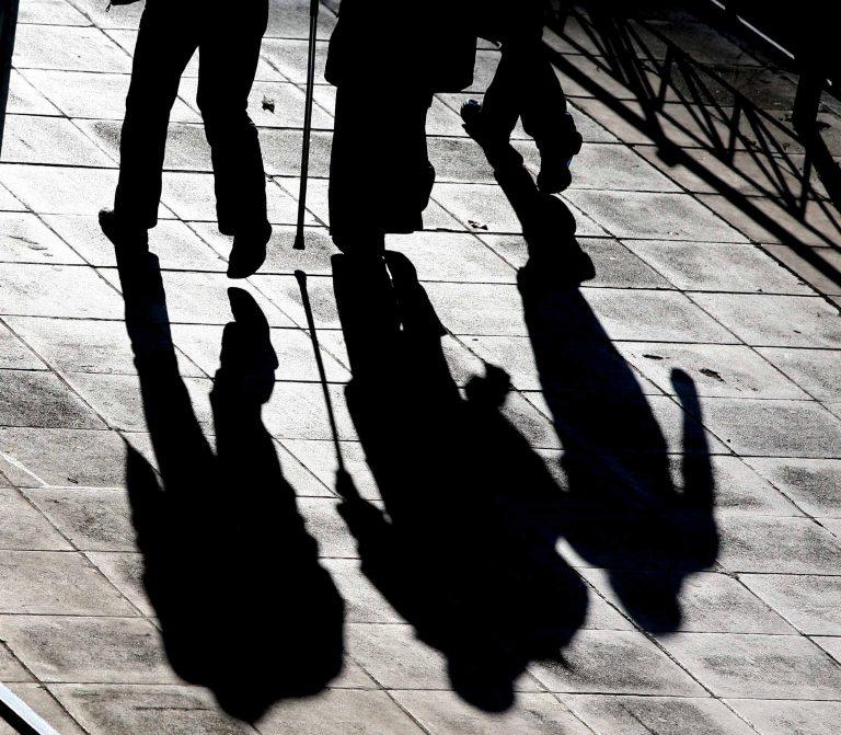Θεσσαλονίκη:Έπεσαν σε άντρα που χαροπάλευε ενώ περπατούσαν στο πεζοδρόμιο! | Newsit.gr