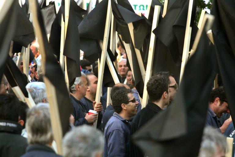 Καστελόριζο: Μαθητική παρέλαση με πανό και μαύρες σημαίες! | Newsit.gr