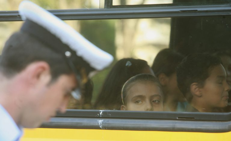 Καστοριά: Αστυνομικός χτυπούσε Αλβανό σε σχολικό λεωφορείο! | Newsit.gr