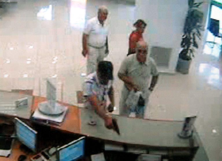 Αχαϊα: Έλληνας και Σκοπιανός άρπαξαν 8.000€ από τράπεζα! | Newsit.gr