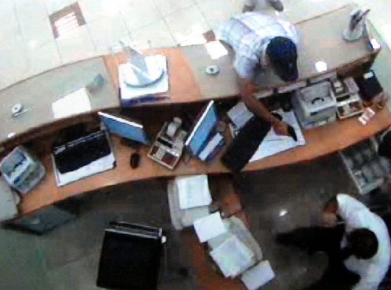 Αχαϊα: Οι κάμερες ασφαλείας »κάρφωσαν» τους ληστές της τράπεζας! | Newsit.gr