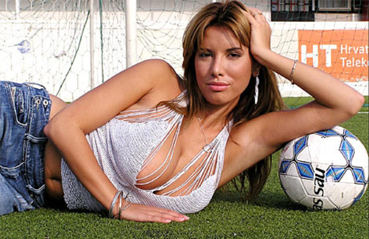 Δείτε το sexy video clip συζύγου ποδοσφαιριστή της ΑΕΚ | Newsit.gr