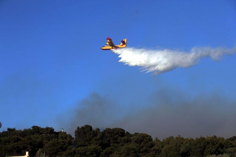 Η Ελλάδα φλέγεται κι έχει «ξεμείνει» από ελικόπτερα και πυροσβεστικά αεροσκάφη | Newsit.gr