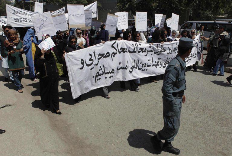 Διαμαρτυρία για τη δημόσια εκτέλεση 22χρονης γυναίκας στο Αφγανιστάν   Newsit.gr