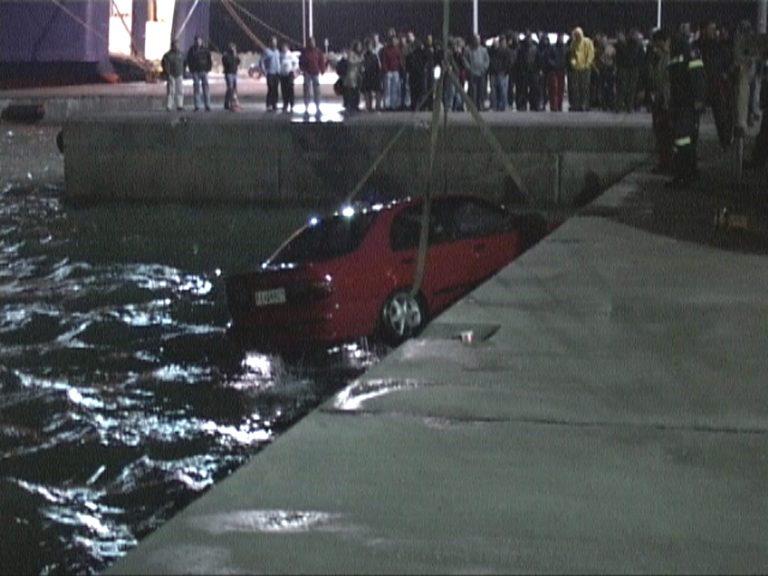 Αμφιλοχία: Έκανε βουτιά με το αυτοκίνητό της στη θάλασσα! | Newsit.gr