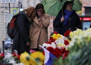 Αγία Πετρούπολη: Υπό κράτηση ύποπτοι ως συνεργοί του βομβιστή – Κηδεύονται τα θύματα
