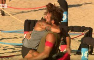 Survivor Greece: Πριν αγκαζέ με τον Βασάλο, τώρα αγκαλιές με τον Αγγελόπουλο η Βαλαβάνη [vid]
