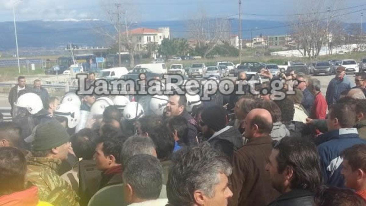 Άγριο ξύλο ανάμεσα σε ΜΑΤ και αγρότες στην Εθνική Αθηνών-Λαμίας – 11 συλλήψεις και τέσσερις τραυματίες – Απίστευτες εικόνες | Newsit.gr