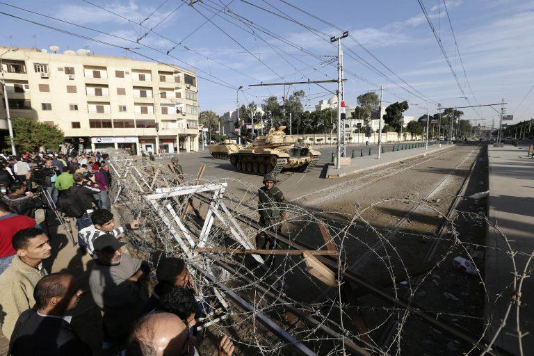 Οι Αιγύπτιοι έσπασαν το οδόφραγμα γύρω από το προεδρικό μέγαρο | Newsit.gr