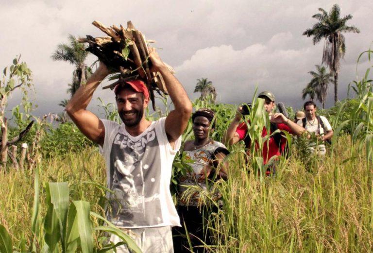 Ο Αντώνης Κανάκης κουβαλάει ξύλα στη Σιέρα Λεόνε!   Newsit.gr