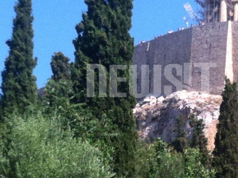 Σε κρίσιμη κατάσταση ο άνδρας που έπεσε από την Ακρόπολη   Newsit.gr