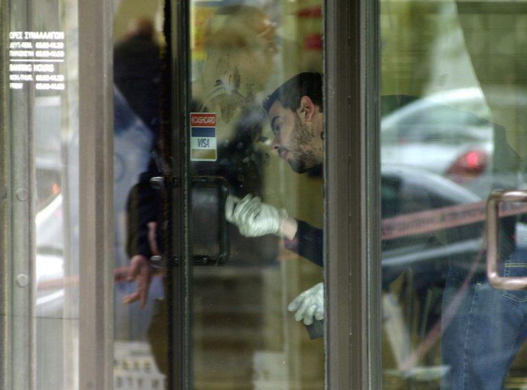 Έσπασαν την τζαμαρία και μπήκαν για ληστεία | Newsit.gr