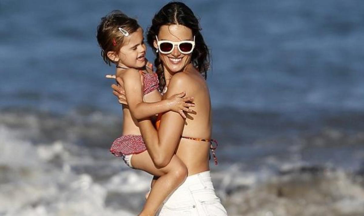 Ένα ζευγάρι αγγέλων στην παραλία! Η Alessandra Ambrosio μαζί με την κόρη της Αnja! | Newsit.gr