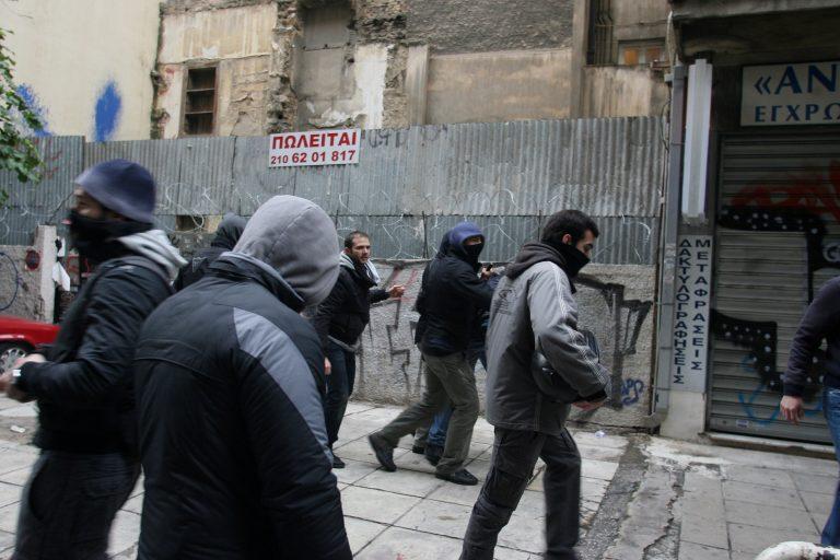 Πήραν από αστυνομικό ως και την ταυτότητα! | Newsit.gr