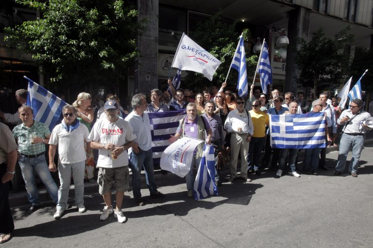Μέλη των Ανεξάρτητων Ελλήνων προπηλάκισαν την Τρόικα – ΒΙΝΤΕΟ   Newsit.gr