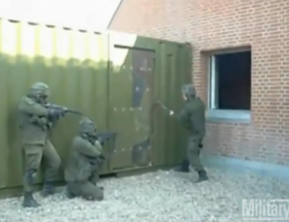 Η πιο αστεία…εισβολή στρατιωτών σε οίκημα! Δείτε το βίντεο | Newsit.gr
