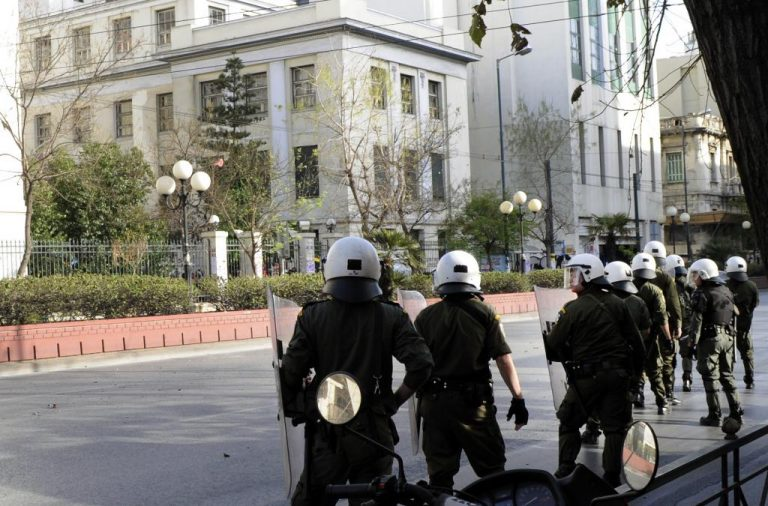 Ενταση στην ΑΣΟΕΕ μεταξύ νεαρών και αστυνομικών | Newsit.gr