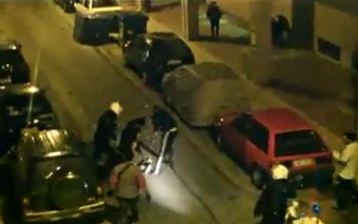 Αποτροπιασμός απο βίντεο με αστυνομικούς που «σπάνε» στο ξύλο μετανάστη | Newsit.gr