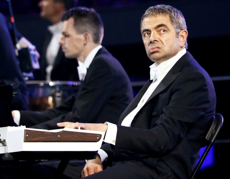 Ποιος είναι ο άνθρωπος που …ερμήνευσε Βαγγέλη Παπαθανασίου στην Τελετή Έναρξης; | Newsit.gr