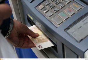 Capital controls: Κίνδυνος μείωσης των αναλήψεων από τους λογαριασμούς των τραπεζών