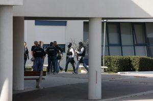 Συνέλαβαν τον αδερφό φίλου του 17χρονου για την επίθεση σε λύκειο της Γαλλίας