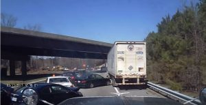 Προσοχή! Δείτε γιατί πρέπει να κρατάτε απόσταση από το μπροστά αυτοκίνητο [vid]