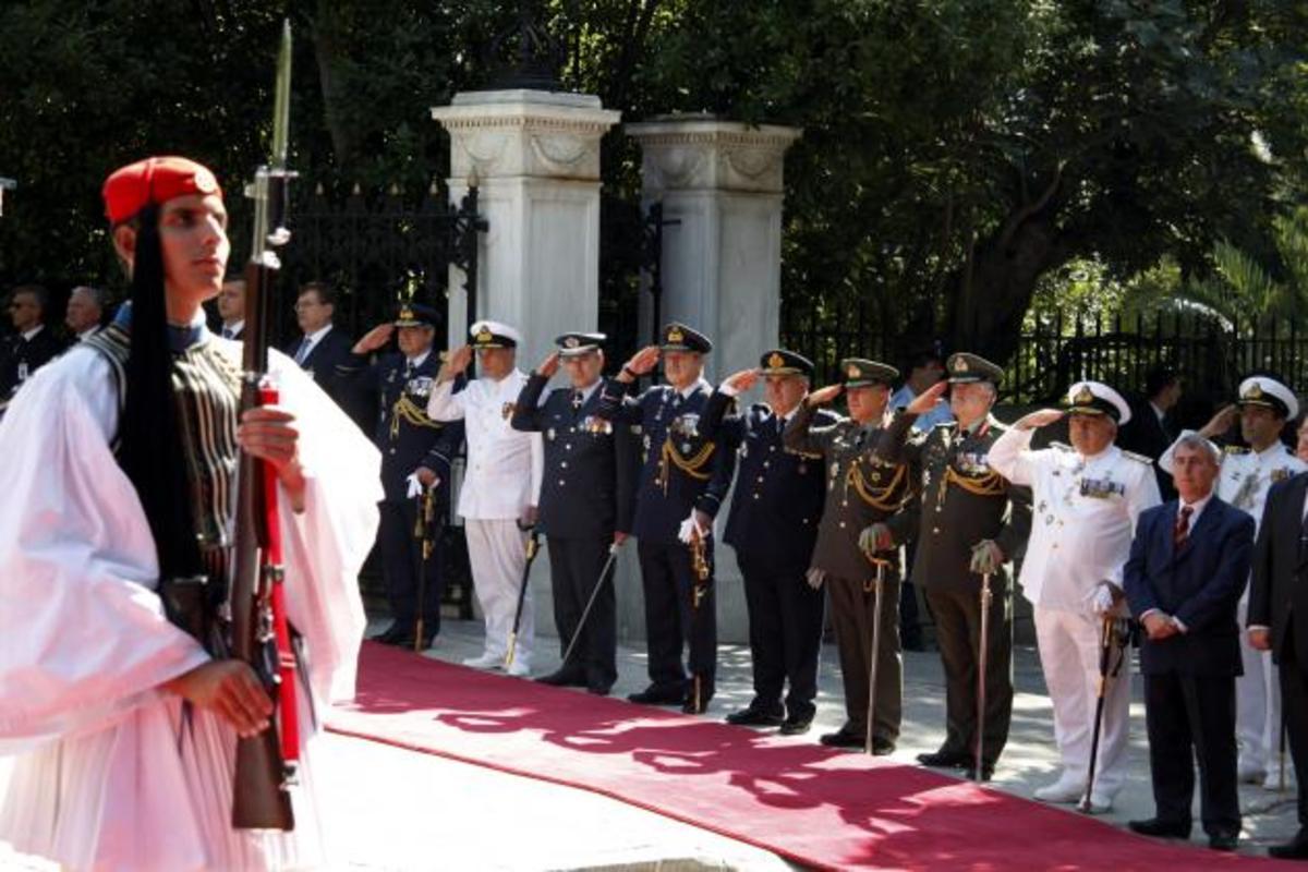«Αποσύνδεση» από τις περικοπές ή διάλυση Νέο σοκ μειώσεων για στρατιωτικούς | Newsit.gr