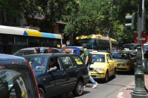 Τέλη κυκλοφορίας αυτοκινήτων: Αυξήσεις – φωτιά για να μην αυξηθεί ο ΦΠΑ στην εκπαίδευση