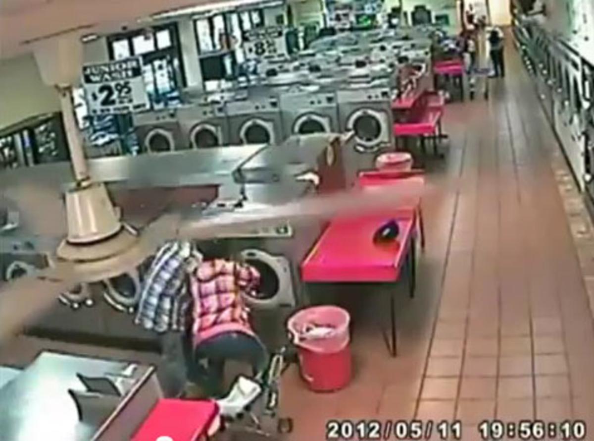 Απίστευτο! Έβαλαν το παιδί τους στο πλυντήριο! Video   Newsit.gr