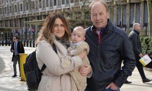 Κράτησαν για τρομοκράτη 3 μηνών μωράκι στην αμερικανική πρεσβεία στο Λονδίνο!