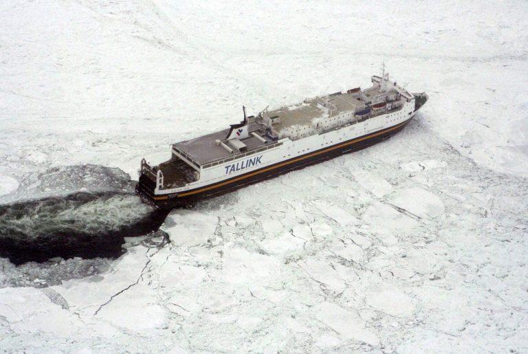 Απεγκλωβίστηκαν 4 πλοία – Κολλημένα παραμένουν άλλα 50! | Newsit.gr