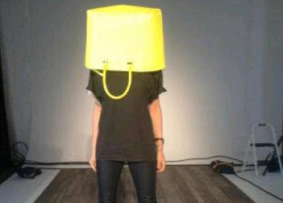 Ποια διάσημη κρύβεται κάτω από αυτή την τσάντα αξίας 2.000 ευρώ; | Newsit.gr