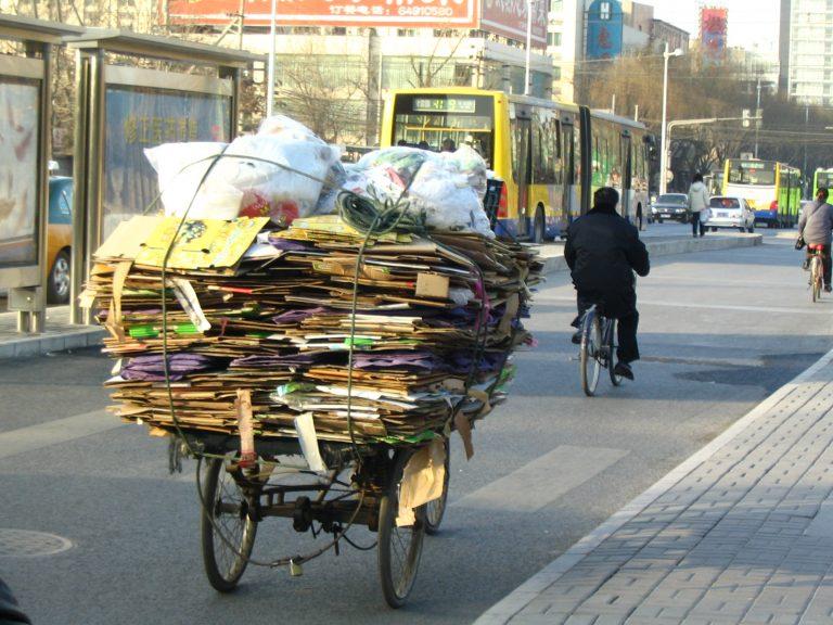 Πεκίνο: Ψεκασμός σκουπιδιών με αποσμητικό | Newsit.gr