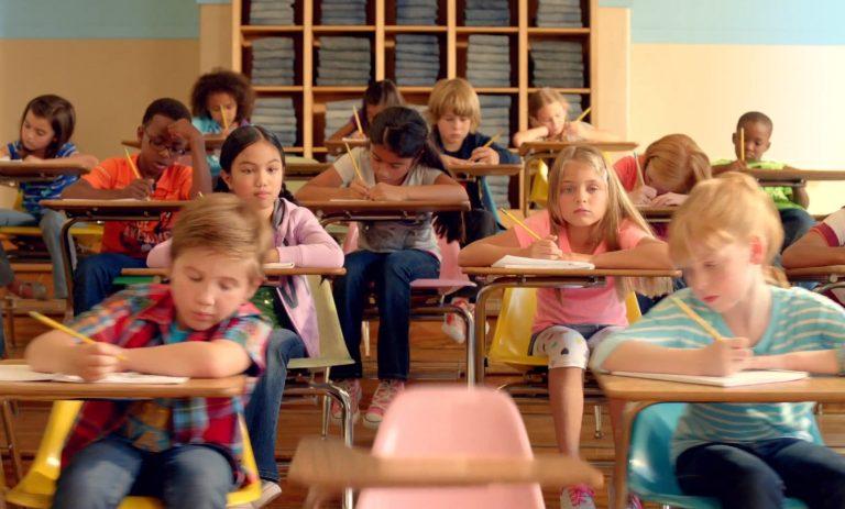Δύο πρωταγωνιστές του Μπέβερλι Χιλς συναντήθηκαν σε διαφήμιση για παιδικά ρούχα! | Newsit.gr