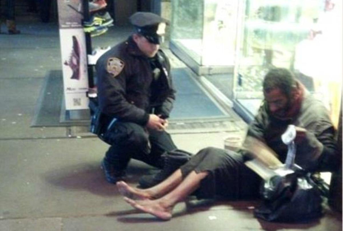 Αστυνομικός χαρίζει μπότες σε άστεγο ζητιάνο – Συγκλονιστική ΦΩΤΟ   Newsit.gr