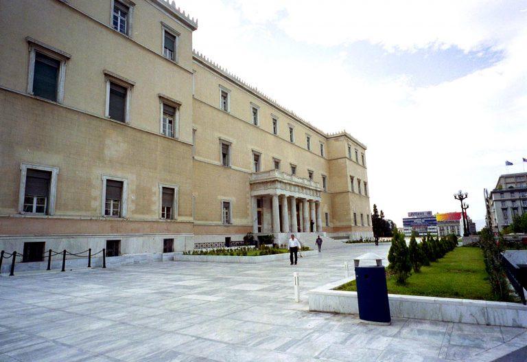 Οι υπάλληλοι της Βουλής συνεχίζουν να παίρνουν 16 μισθούς   Newsit.gr