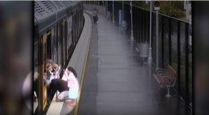 Σοκ! Αγοράκι πέφτει στο κενό του τρένου ενώ ετοιμάζεται για επιβίβαση [vid]