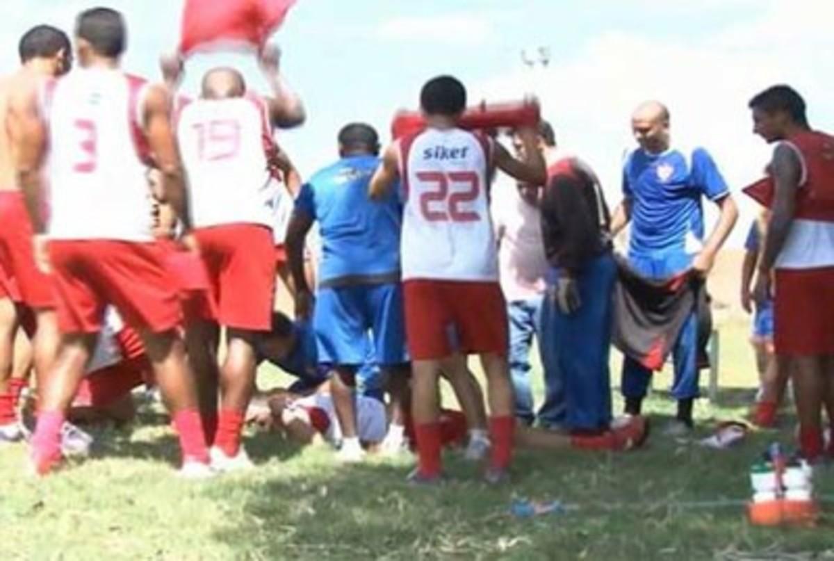 Σοκαριστικό βίντεο – Ποδοσφαιριστής πεθαίνει μέσα στο γήπεδο!   Newsit.gr