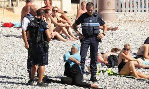 Γάλλοι αστυνομικοί ανάγκασαν μουσουλμάνα σε παραλία να βγάλει το μπουρκίνι [pics]
