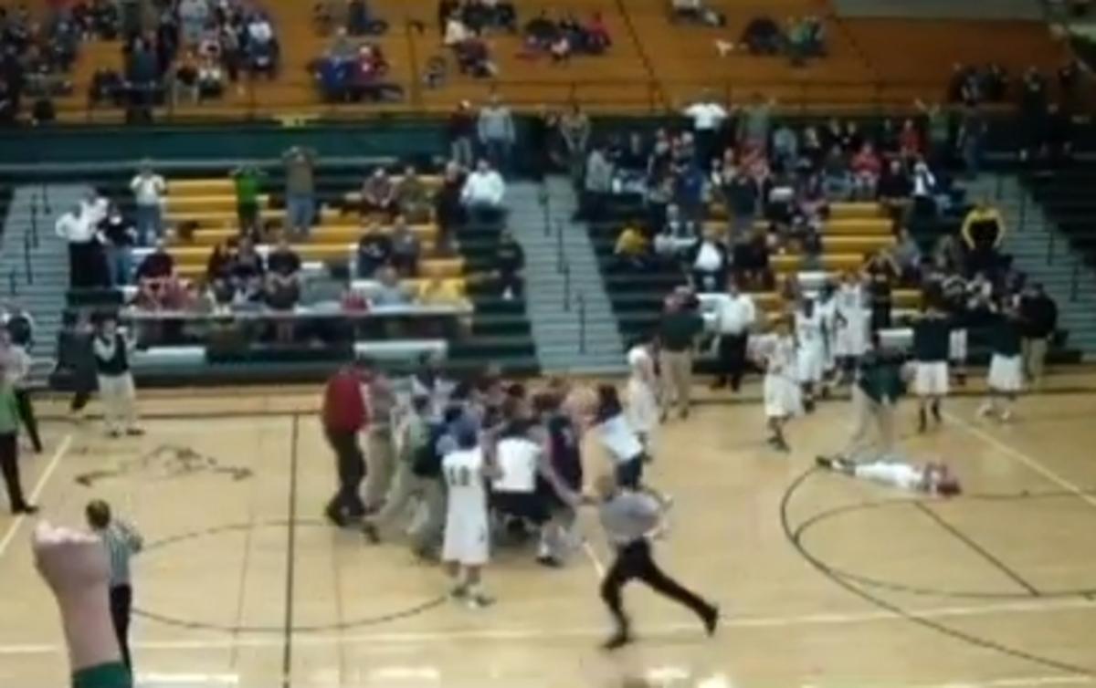 Όλα μπαίνουν! – Απίθανα πράγματα σε σχολικό αγώνα μπάσκετ (VIDEO)   Newsit.gr