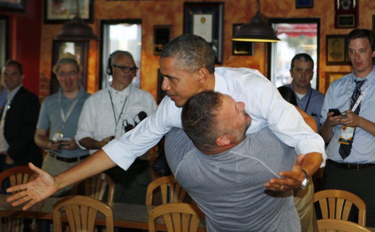 Σήκωσε τον Ομπάμα στον αέρα σα να ήταν πούπουλο! – VIDEO | Newsit.gr